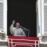 O Papa no Angelus: Jesus é a Palavra, se não paramos para ouvi-lo, Ele passa