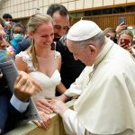 Papa: ser cristão é superar discriminações. O batismo confere igual dignidade a todos